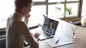 Vrouw zittend achter een computer